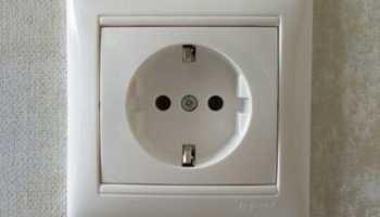 Почему искрит розетка при включении электроприбора?